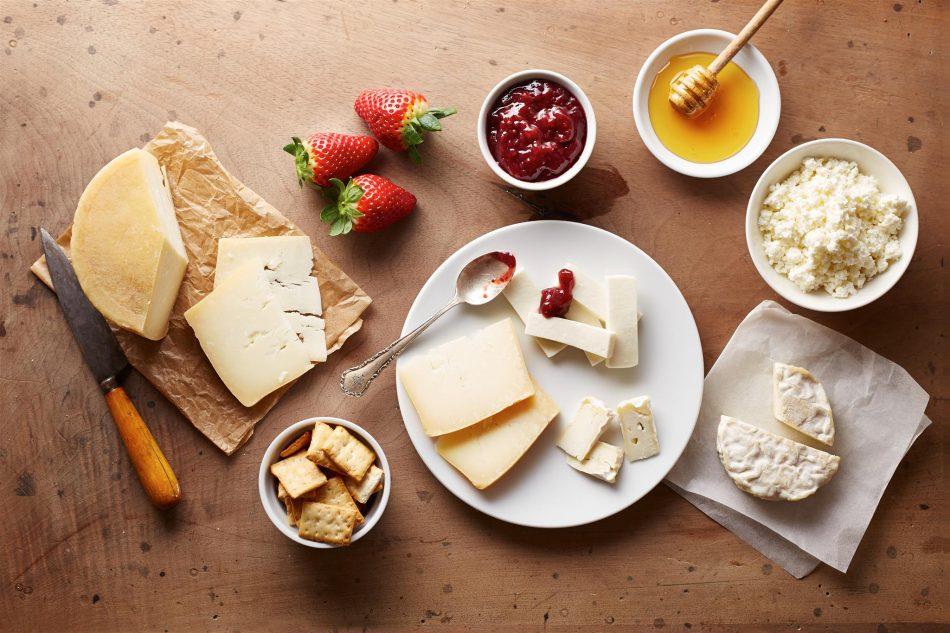 Tavola con abbinamenti di marmellata e formaggi