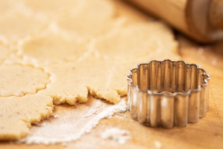Preparazione dei biscotti alla marmellata